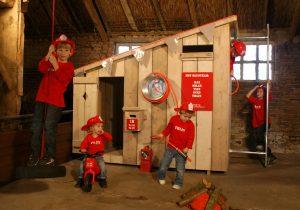 houten speelhuisje in de tuin brandweer