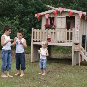 houten speelhuisje in de tuin met takel