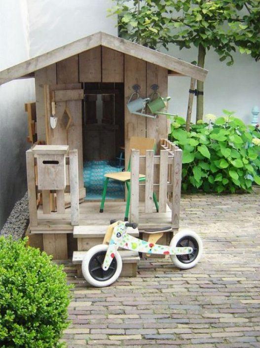 houten speelhuisje in de tuin