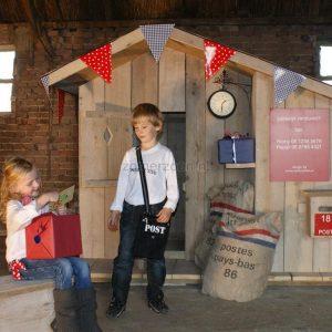 houten speelhuisje in de tuin postkantoor