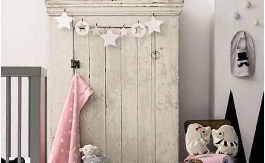 babykamer meisje in vrolijke kleuren