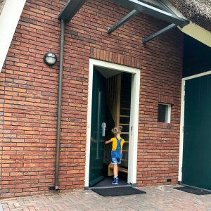 hof van saksen met kinderen zomerzoen voordeur kinderboerderij