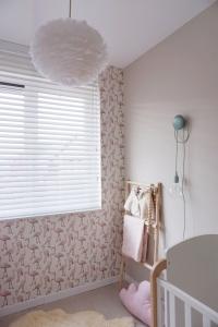 Raamdecoratie op een babykamer Zomerzoen